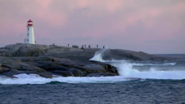 hurrikan surf nahe peggys cove lighthouse - leuchtturm stock-videos und b-roll-filmmaterial