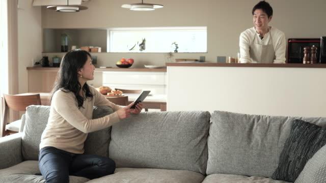 vidéos et rushes de mari et femme, avoir une conversation à la maison - seulement des japonais