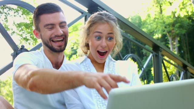 marito e moglie allegramente ridendo. - affidabilità video stock e b–roll