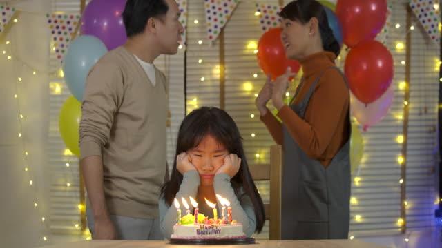 夫と妻の口論。少女は、彼女の両親はスローモーションで彼女の誕生日パーティーで口論のため悲しいです。 - 対立点の映像素材/bロール