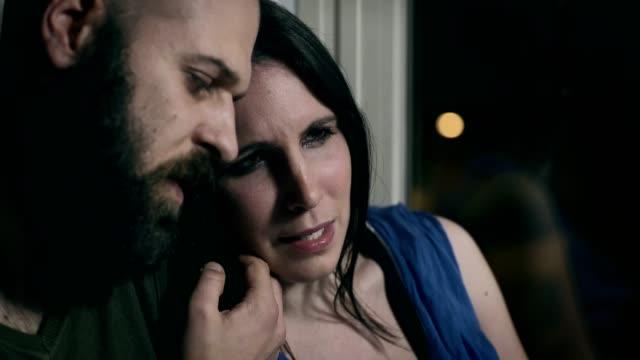 Mann tröstet seine traurige Frau weint, weil sie ein Kind verloren – Video