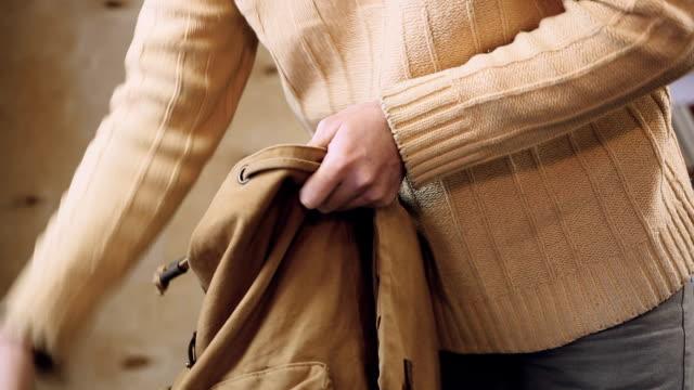 夫の服のバックパックを収集し、家を出て行った妻と口論 - 荷造り点の映像素材/bロール