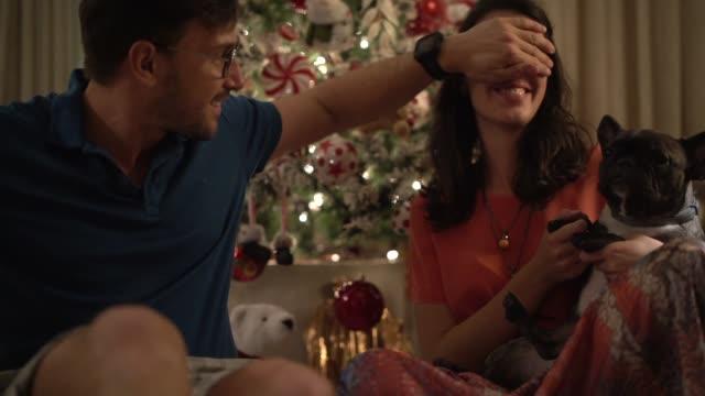 Augen zuhalten videos und b roll material istock - Weihnachtsgeschenk ehemann ...