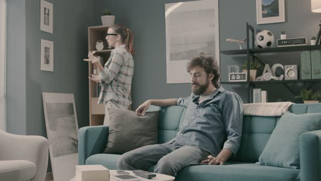 man lyssnar på sin pratsamma fru - flickvän bildbanksvideor och videomaterial från bakom kulisserna