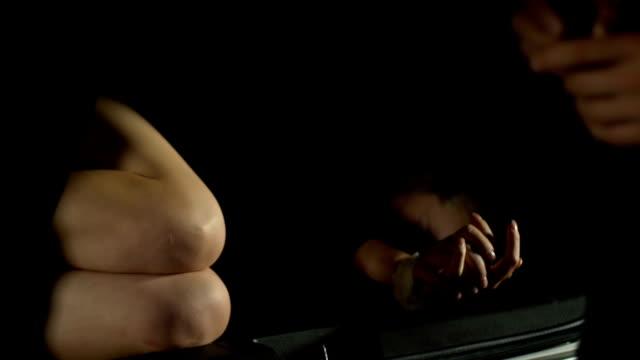 vídeos y material grabado en eventos de stock de marido paga dinero de rescate al secuestrador para esposa, trata de seres humanos, primer plano - human trafficking