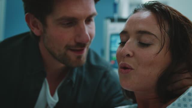 출산 중 고통에 아내를 지원하는 남편 - 방관적인 사람들 스톡 비디오 및 b-롤 화면