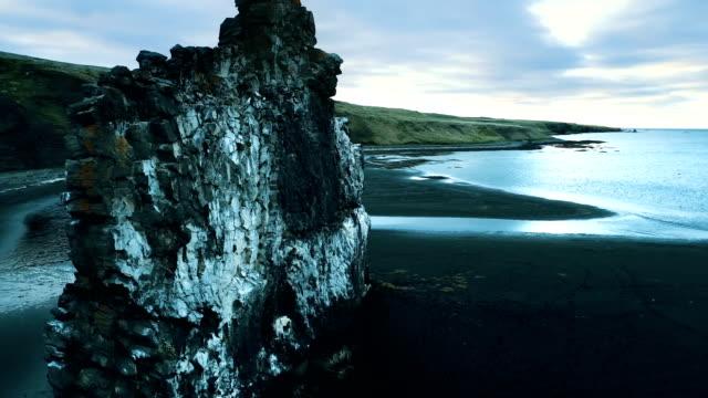 stockvideo's en b-roll-footage met hvitserkur - iconische zee stack op vulkanische zwarte strand - boog architectonisch element