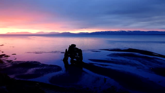 vídeos y material grabado en eventos de stock de hvitserkur es una espectacular roca en el mar en la costa norte de islandia. en esta foto hvitserkur refleja en el agua de mar después de la puesta de sol de medianoche - basalto