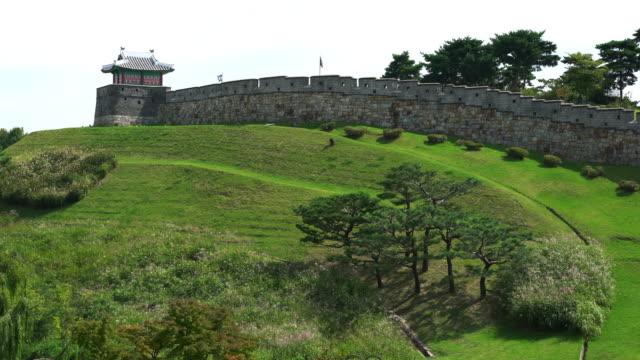 suwon güney kore hwaseong kale sur duvar manzarası ve kule - unesco stok videoları ve detay görüntü çekimi