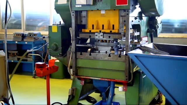 vídeos de stock, filmes e b-roll de prensa hidráulica de corte no processo - ferro metal