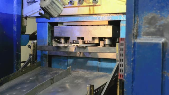 Hydraulic cutting press in the process. - vídeo