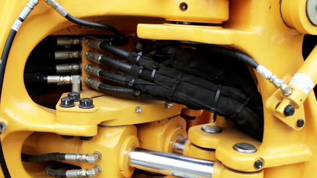 hydraulic piston system for tractors, bulldozers, excavators - tubo flessibile video stock e b–roll