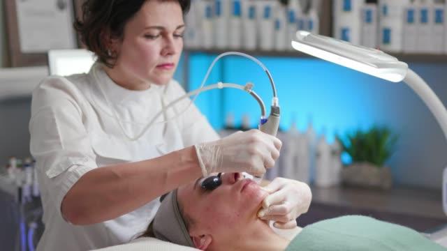 hydro-und gesichtbehandlung/hautpflege - kosmetische behandlung stock-videos und b-roll-filmmaterial