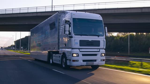 wasserstoff betankt lkw auf der straße drinving. h2 verbrennung lkw-motor für emissionsfreien umweltfreundlichen transport. - wasserstoff stock-videos und b-roll-filmmaterial