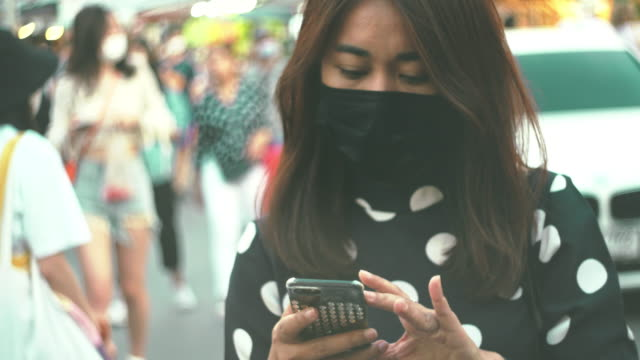 hygienische maske und text telefon - smartphone mit corona app stock-videos und b-roll-filmmaterial
