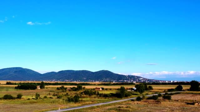 hiper lapse - güzel bir güneşli günde arka planda bir dağ ile bir ova - sale stok videoları ve detay görüntü çekimi