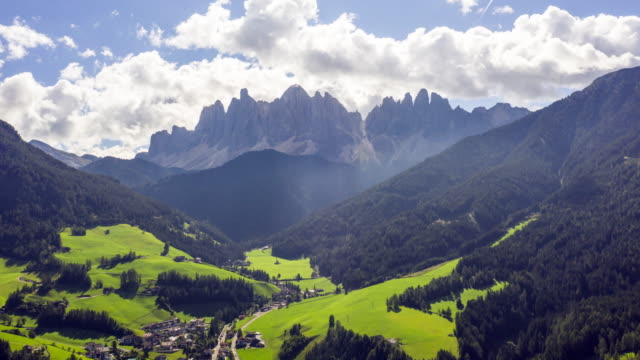 hyper lapse aerial view of national park puez odle, dolomites - stato federato del tirolo video stock e b–roll