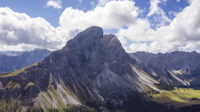 Hyper Zeitraffer Luftaufnahme des Nationalparks Puez Geisler, Dolomiten – Video