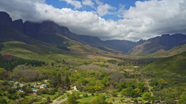 hyper lapse in jonkershoek valley, western cape, south africa - azienda vinivola video stock e b–roll