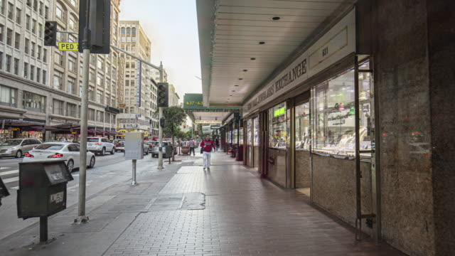hyper lapse in the streets at downtown los angeles - marciapiede video stock e b–roll