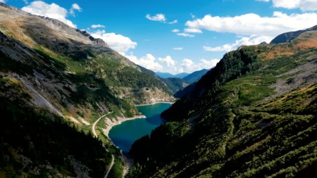 vídeos de stock, filmes e b-roll de hiper lapso de montanha lago galgenbichlspeicher, perto de kolnbrein dam em caríntia, áustria. - áustria