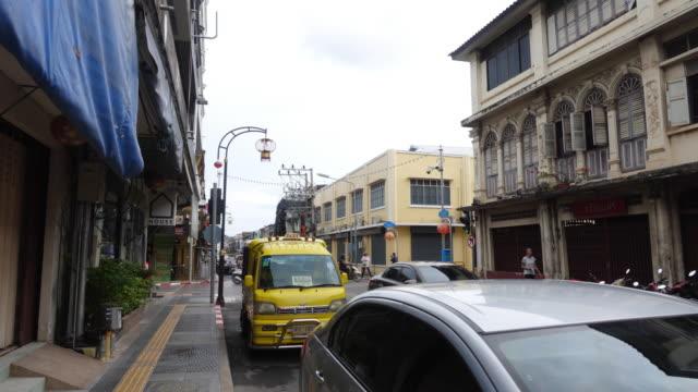 vídeos de stock, filmes e b-roll de k 4 hyper lapso na estrada andando na parte antiga da cidade de phuket - phuket