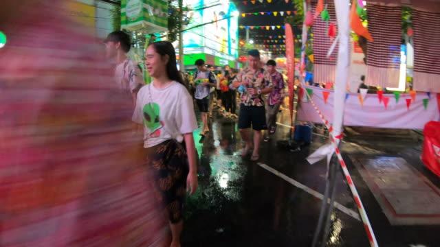 vídeos de stock, filmes e b-roll de hyper lapse/songkran/luta da água, tailândia - ano novo budista