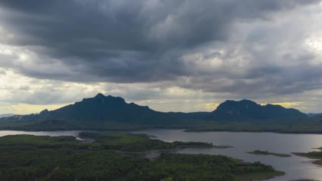 vídeos de stock, filmes e b-roll de vídeo de hiperlapso 4k, nuvem arcus ou nuvem de prateleira, tempestades de chuva e nuvens negras movendo-se sobre as montanhas na represa ao norte da tailândia, distrito de mae mo, lampang. - nublado