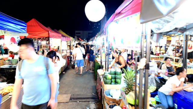 4k hyper time lapse at talad rod fai night market in bangkok - ночной рынок стоковые видео и кадры b-roll