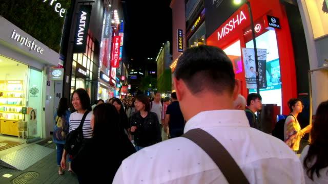 myeong-dong pazarında hiper timelapse. insanlar gece bir alışveriş caddesi üzerinde yürüyüş, seul, güney kore - kore stok videoları ve detay görüntü çekimi