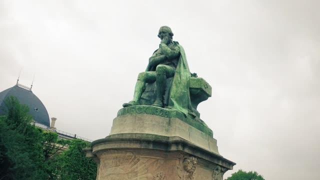 vídeos de stock, filmes e b-roll de hiper timelapse de bronze estátua jean baptiste de monet de lamarck no parque o museu nacional de história natural, localizado no parque jardin des plantes, no 5º arrondissement de paris - batismo