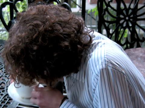 vídeos y material grabado en eventos de stock de hiperactivos cajetilla de cigarrillos y café le gusta - café negro