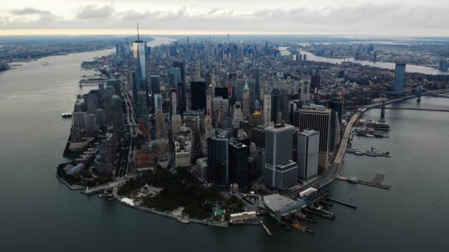 hyperlapse aerial view of lower manhattan 4k - деловой центр города стоковые видео и кадры b-roll