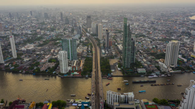 bangkok bangkok tayland gün batımı içinde chao phraya nehri üzerinde gökdelen ile tayland simge mali iş bölgesinin hyperlapse hava görünümü - bangkok stok videoları ve detay görüntü çekimi