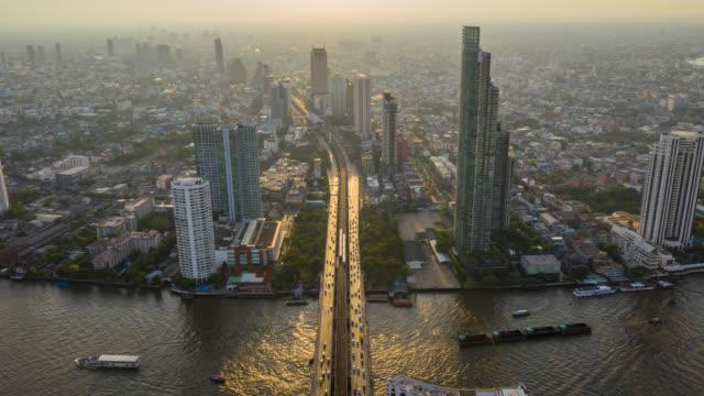 在泰國曼谷, 曼谷具有里程碑意義的金融商業區的超強鳥景與在曼谷的 chao phraya 河上的摩天大樓 - 無人飛機 個影片檔及 b 捲影像