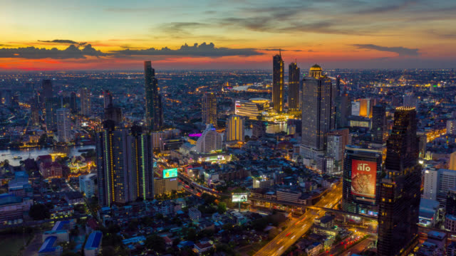 vídeos y material grabado en eventos de stock de hyperlapse vista aérea del emblemático distrito financiero de bangkok con rascacielos sobre el río chao phraya en bangkok tailandia en sunset - bangkok