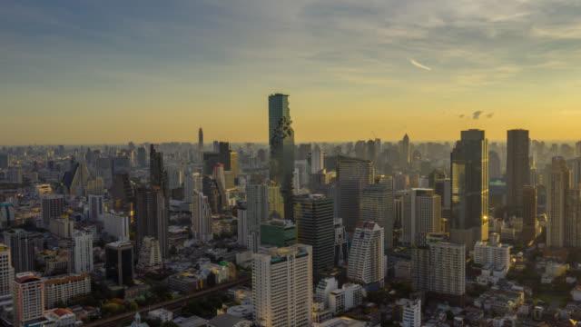 gün doğumunda bangkok şehir tayland gökdelen ile bangkok dönüm noktası finansal iş bölgesinin hyperlapse havadan görünümü - bangkok stok videoları ve detay görüntü çekimi