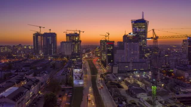 vídeos y material grabado en eventos de stock de vista aérea hiperlapso del centro de varsovia durante la puesta del sol - polonia
