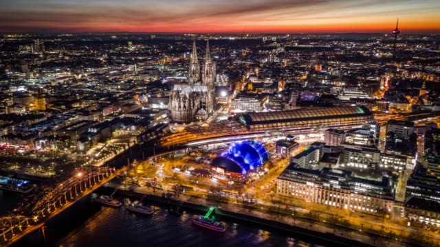 vídeos de stock e filmes b-roll de hyperlapse : cityscape of cologne with cologne cathedral - alemanha