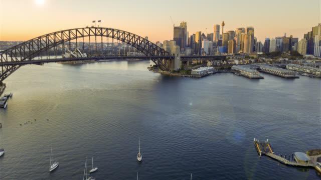 日の出中にシドニー市のスカイラインの hyperlapse ドローン経過。 - オーストラリア点の映像素材/bロール