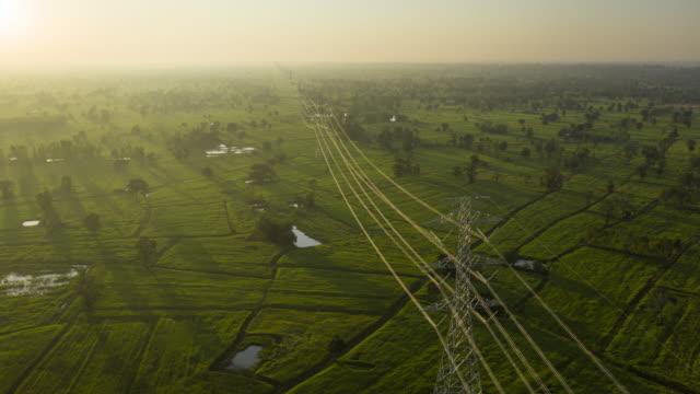 piloni elettrici iperlapsi nella vista aerea dell'alba - cavo dell'alta tensione video stock e b–roll