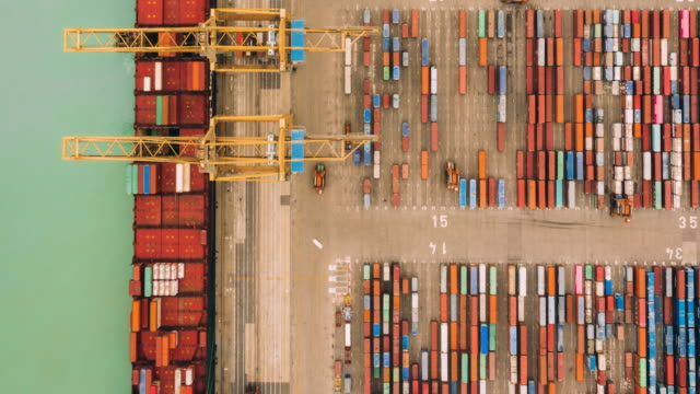 vídeos de stock e filmes b-roll de hyperlapse of aerial view of port working cargo container - docas