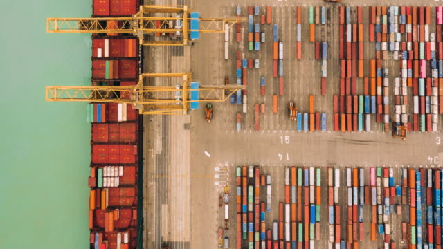 vídeos de stock e filmes b-roll de hyperlapse of airplane flying over container port. - docas