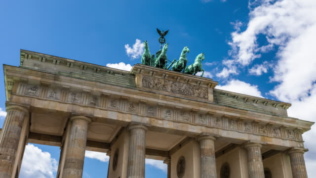 hyperlapse des brandenburger tors in berlin - wahrzeichen stock-videos und b-roll-filmmaterial