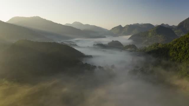 日の出と谷の霧のハイパーラプス - 清らか点の映像素材/bロール