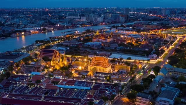 vídeos y material grabado en eventos de stock de hyperlapse del gran palacio al anochecer a la noche - tailandés