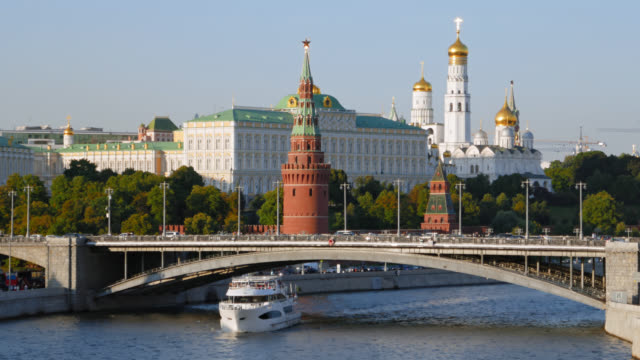 hyperlapse of moscow kremlin and moskva river with cruise ships, russia - rzeka moskwa filmów i materiałów b-roll