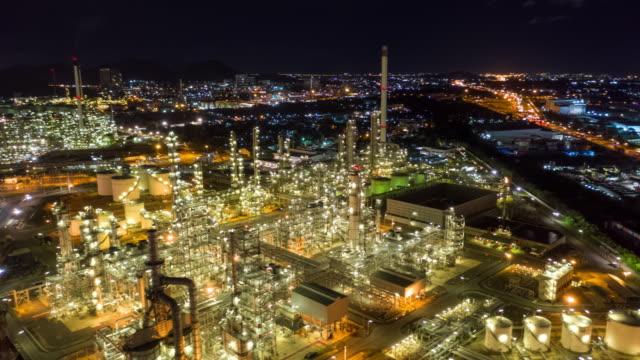 stockvideo's en b-roll-footage met hyperlapse van olieraffinaderij in nacht tijd - chemische fabriek
