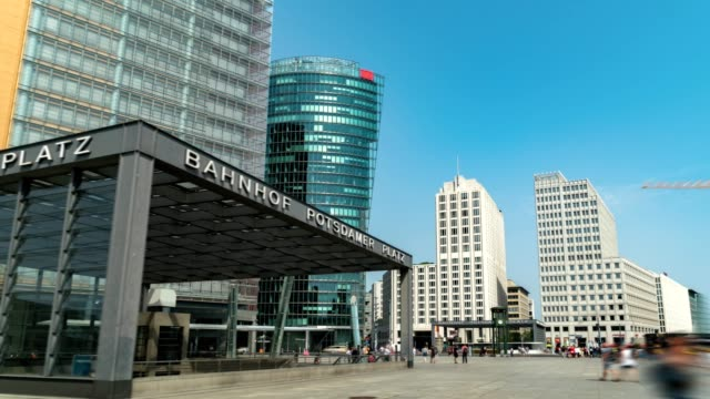 vídeos y material grabado en eventos de stock de hyperlapse de la potsdamer platz (plaza potsdam) es una importante plaza pública y intersección de tráfico en el centro de berlín alemania exposición larga (todos los pueblos, señales, y coches es irreconocible) - berlín