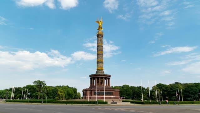 vídeos y material grabado en eventos de stock de hyperlapse of the victory column es una importante atracción turística en la ciudad de berlín simboliza las victorias militares alemanas del pasado y es visto por algunos como un monumento al militarismo alemán - berlín